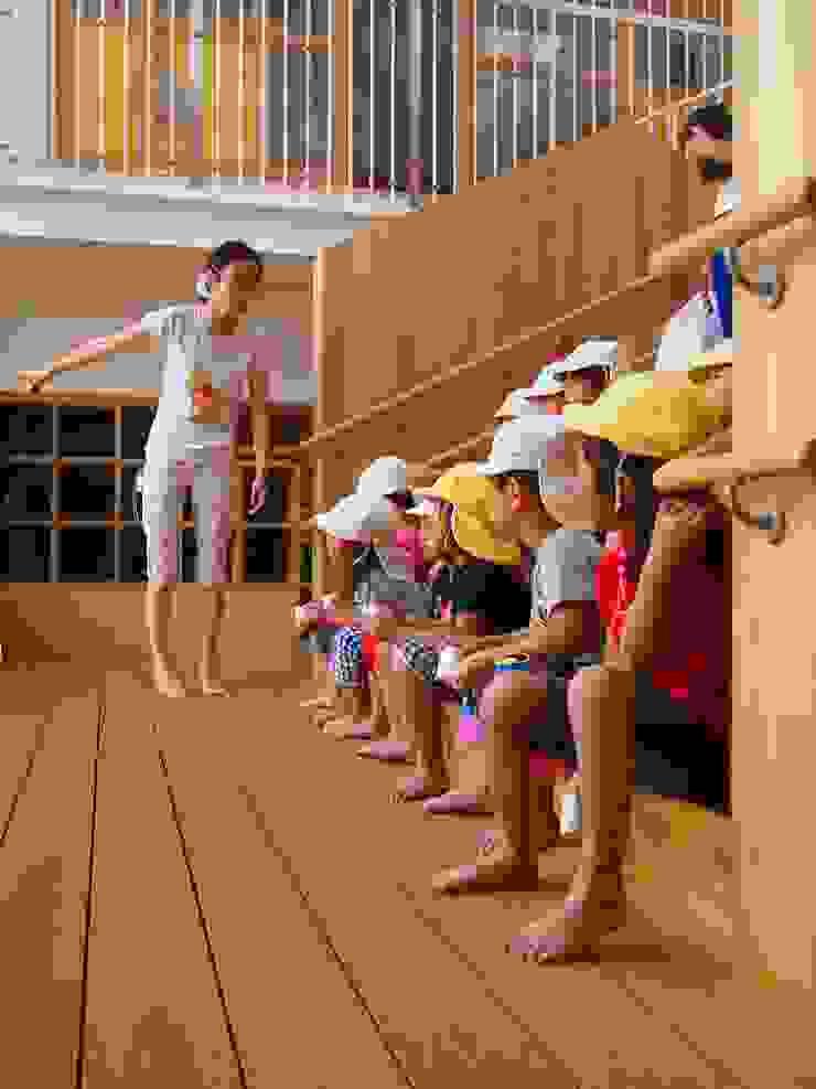 大階段の活用 モダンな 壁&床 の フィールド建築設計舎 モダン 木 木目調