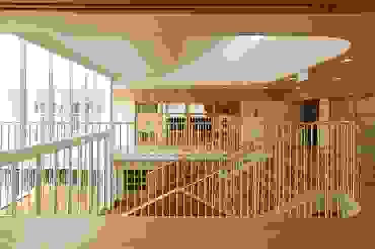 保育室より大階段を望む。 モダンな 壁&床 の フィールド建築設計舎 モダン 木 木目調