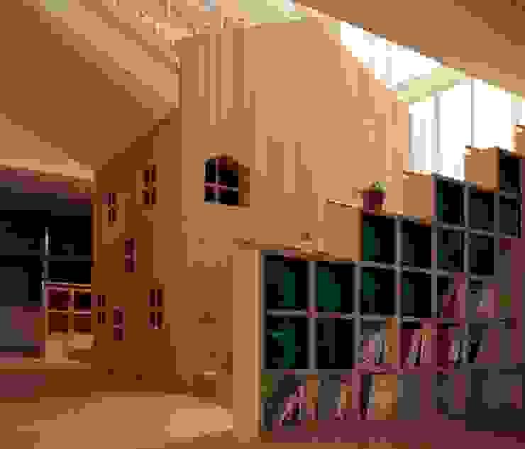 大階段とギャラリー モダンな 壁&床 の フィールド建築設計舎 モダン 木 木目調