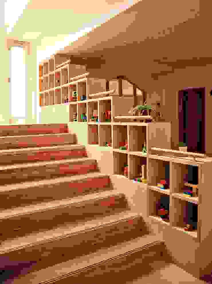 階段ギャラリー モダンな 壁&床 の フィールド建築設計舎 モダン 木 木目調