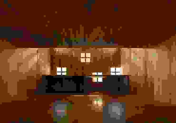 大階段下の『子供室』 モダンな 壁&床 の フィールド建築設計舎 モダン 木 木目調