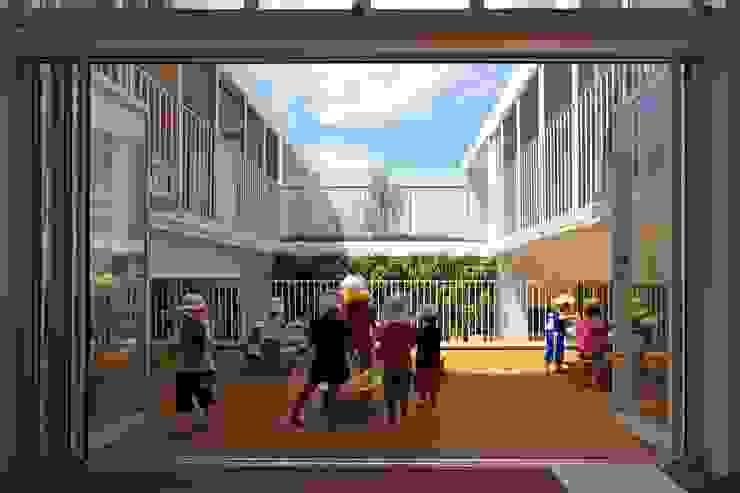 中庭(青空保育室) モダンな 壁&床 の フィールド建築設計舎 モダン 木 木目調