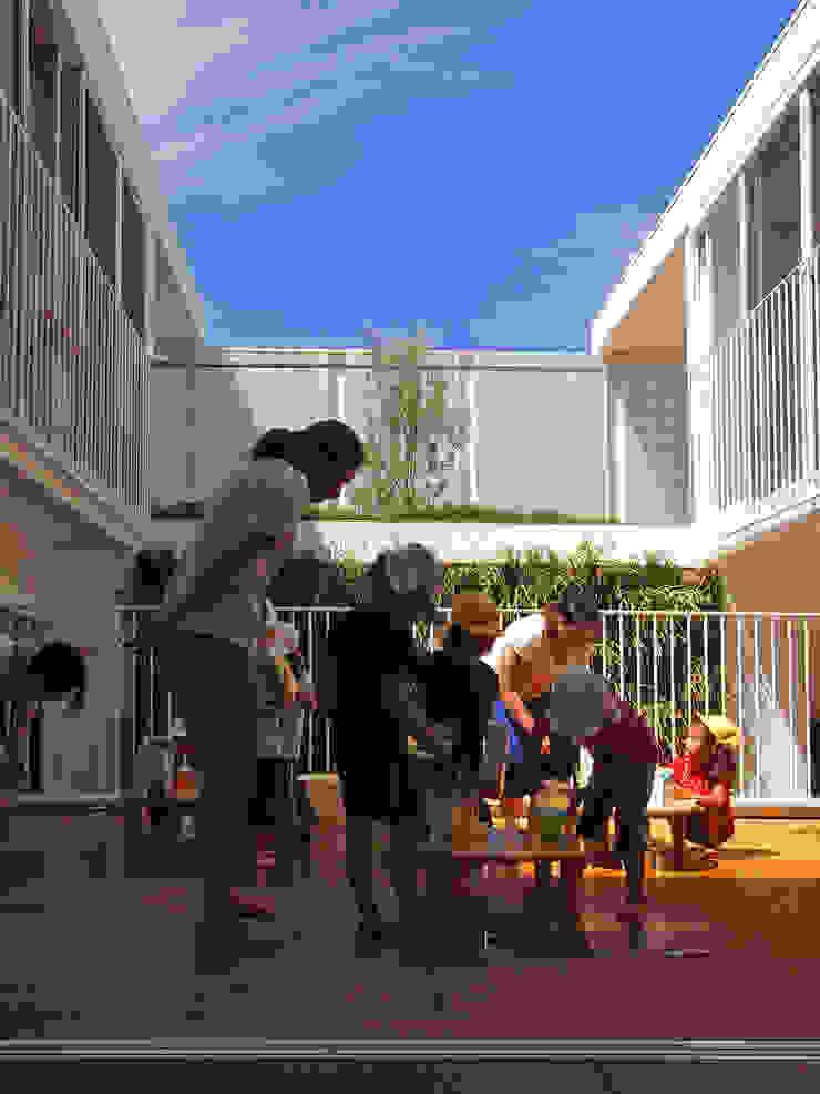 中庭での保育活動 モダンな 壁&床 の フィールド建築設計舎 モダン 木 木目調