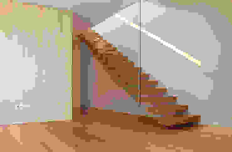 Minimalistischer Flur, Diele & Treppenhaus von PFS-arquitectura Minimalistisch
