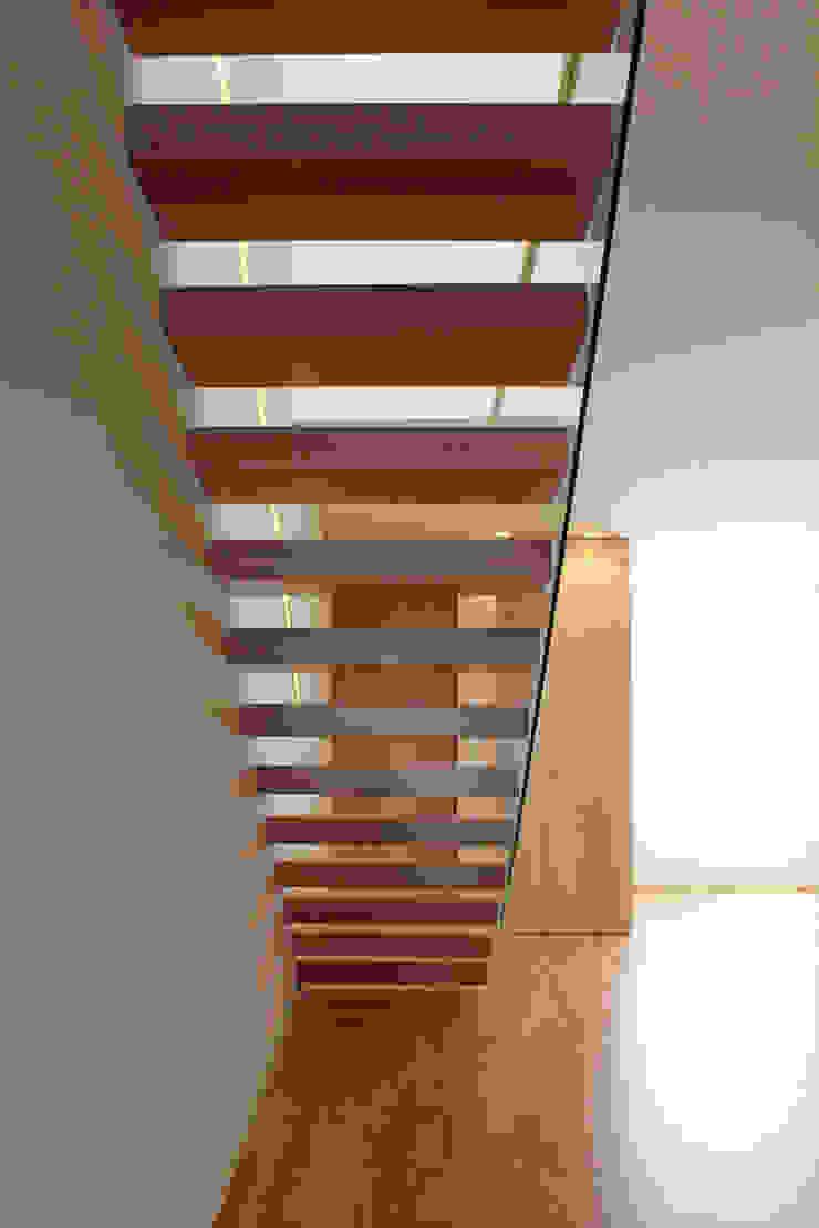 HOUSE NM_PÓVOA DE VARZIM_2015 Corredores, halls e escadas minimalistas por PFS-arquitectura Minimalista