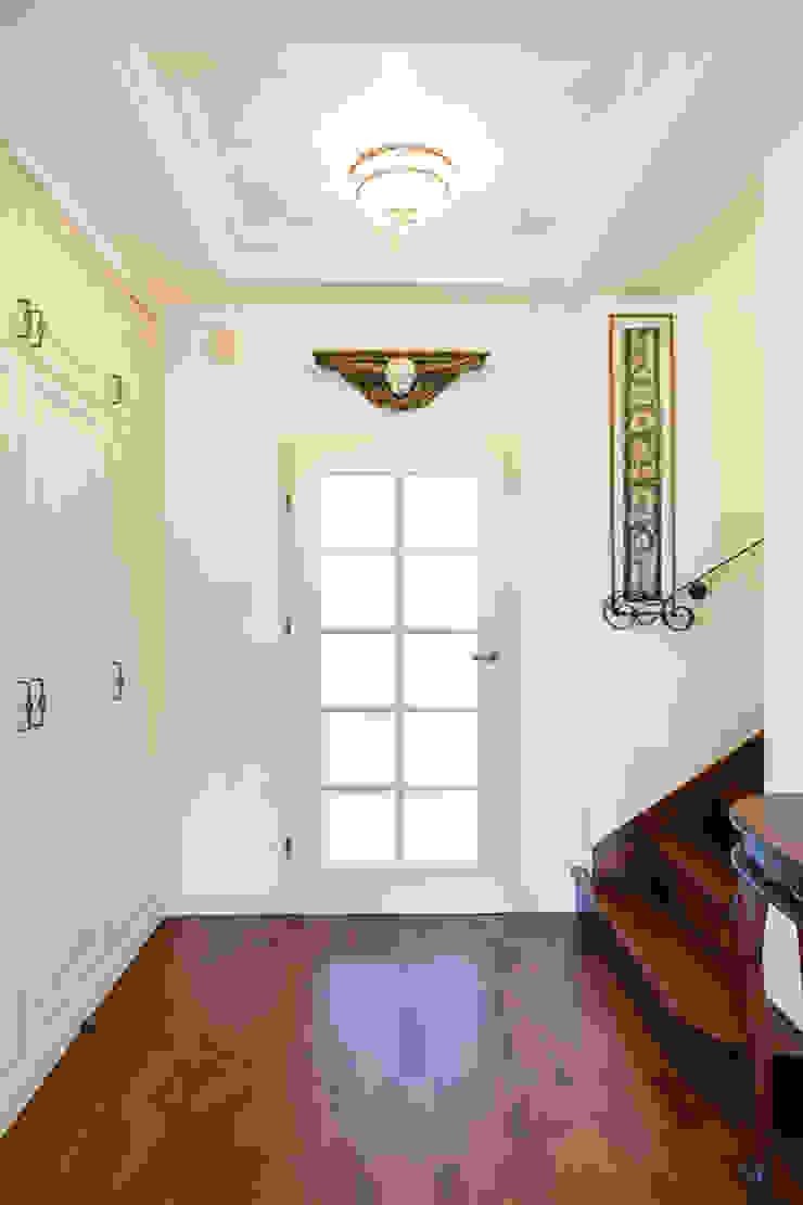 Pasillos, vestíbulos y escaleras clásicas de Gzowska&Ossowska Pracownie Architektury Wnętrz Clásico