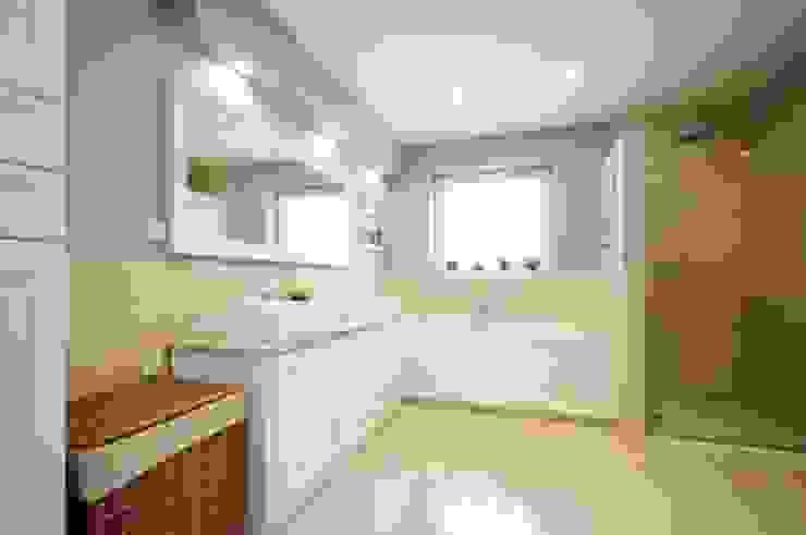 Dom w stylu amerykańskim - łazienka Klasyczna łazienka od IDEALS . Marta Jaślan Interiors Klasyczny