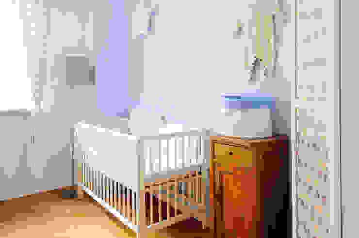 Quarto infantil  por IDEALS . marta jaślan interiors , Moderno