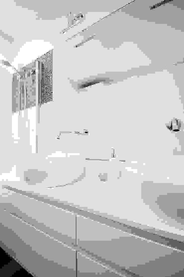Salle de bain moderne par IDEALS . marta jaślan interiors Moderne