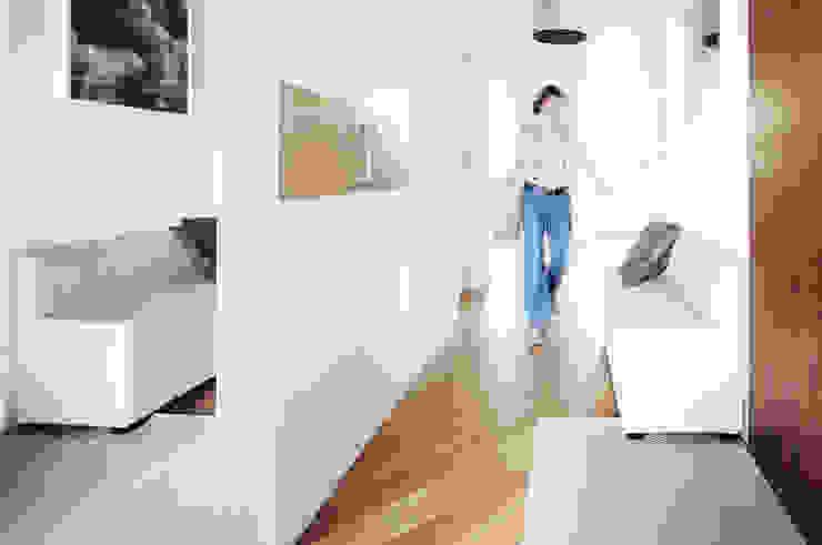 Couloir, entrée, escaliers modernes par IDEALS . marta jaślan interiors Moderne