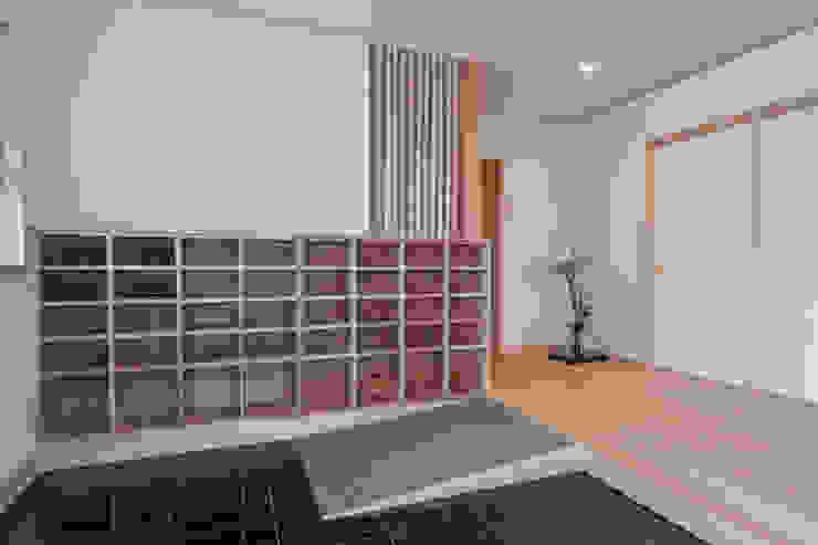玄関: 福井建築設計室が手掛けたクラシックです。,クラシック 木 木目調
