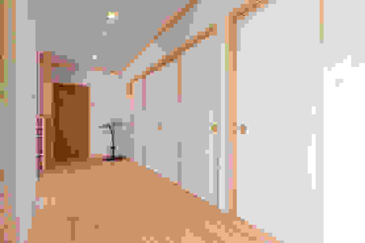廊下: 福井建築設計室が手掛けたクラシックです。,クラシック 木 木目調