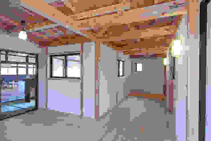 渡り廊下: 福井建築設計室が手掛けたクラシックです。,クラシック 木 木目調