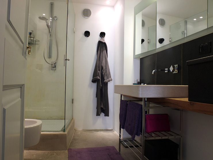 Bathroom by Ossigeno Architettura,