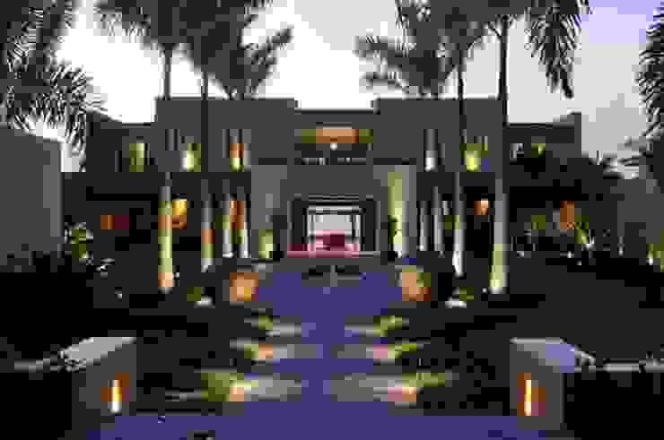 Jardines de estilo  por Tropical America landscaping