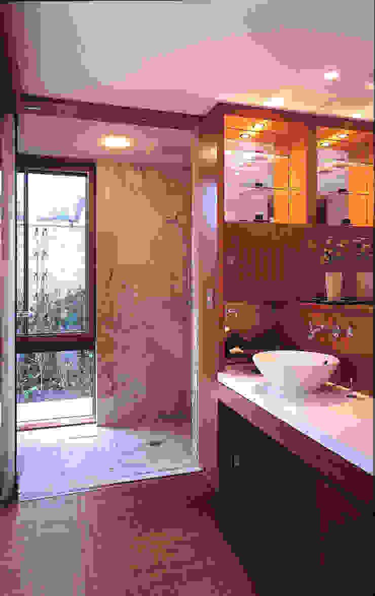 Phòng tắm phong cách hiện đại bởi 小林福村設計事務所/KOBAYASHIFUKUMURA ARCHITECTS Hiện đại