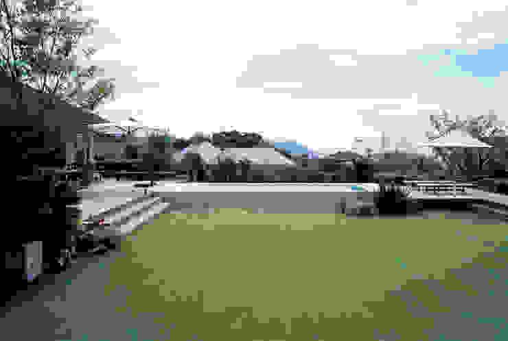 Hồ bơi phong cách hiện đại bởi 小林福村設計事務所/KOBAYASHIFUKUMURA ARCHITECTS Hiện đại