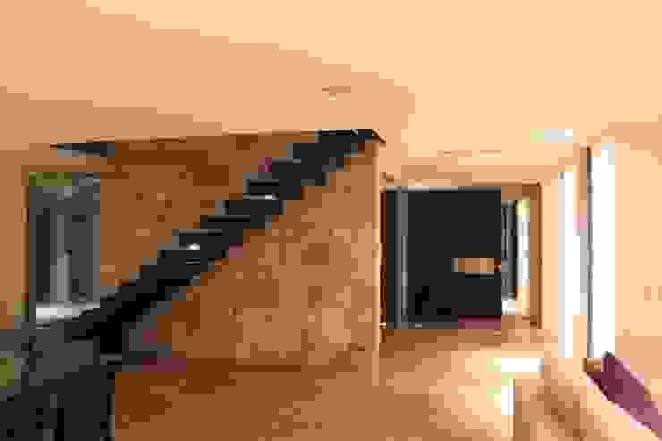 vivenda unifamilar MORENO Pasillos, vestíbulos y escaleras modernos de cm espacio & arquitectura srl Moderno
