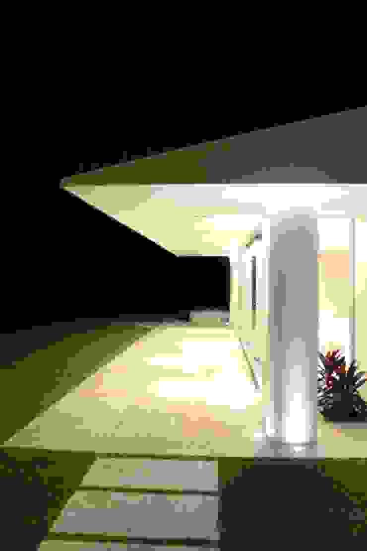 vivenda unifamilar MORENO Balcones y terrazas modernos: Ideas, imágenes y decoración de cm espacio & arquitectura srl Moderno