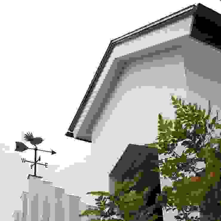 風見鶏(ウグイス) モダンな 家 の フィールド建築設計舎 モダン 木 木目調