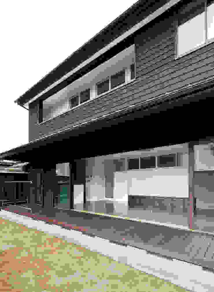 庭・縁側・LDK: フィールド建築設計舎が手掛けた現代のです。,モダン 木 木目調