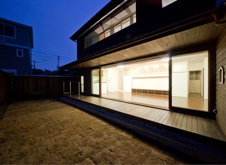 庭・縁側・LDK(夜景): フィールド建築設計舎が手掛けた現代のです。,モダン 木 木目調