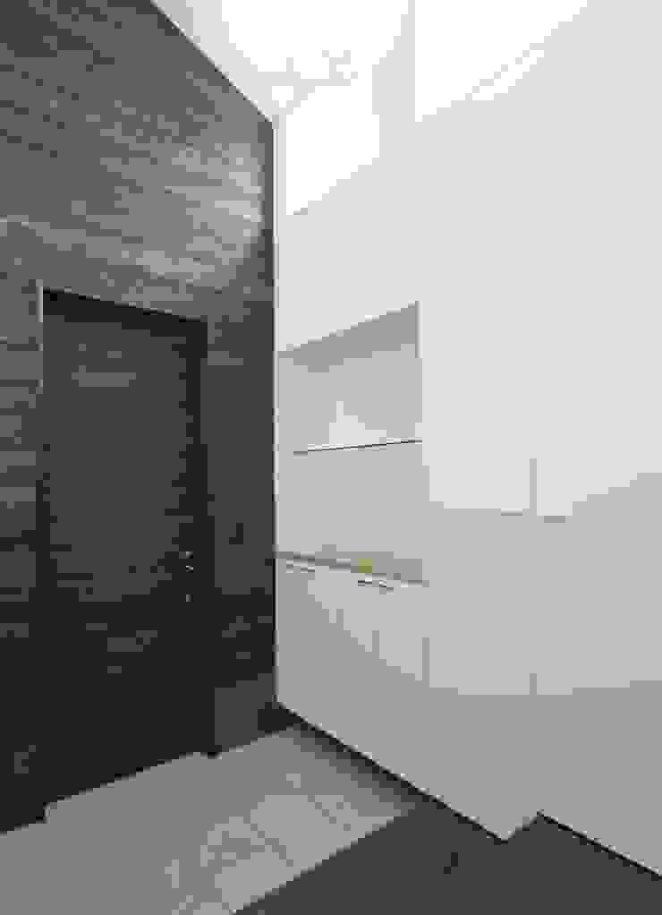 玄関: フィールド建築設計舎が手掛けた現代のです。,モダン 木 木目調