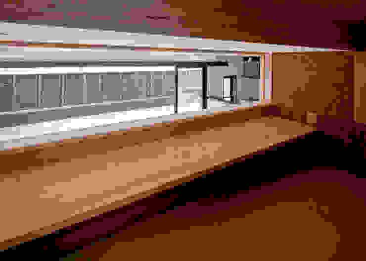 ロフトより庭を望む。 モダンデザインの 多目的室 の フィールド建築設計舎 モダン