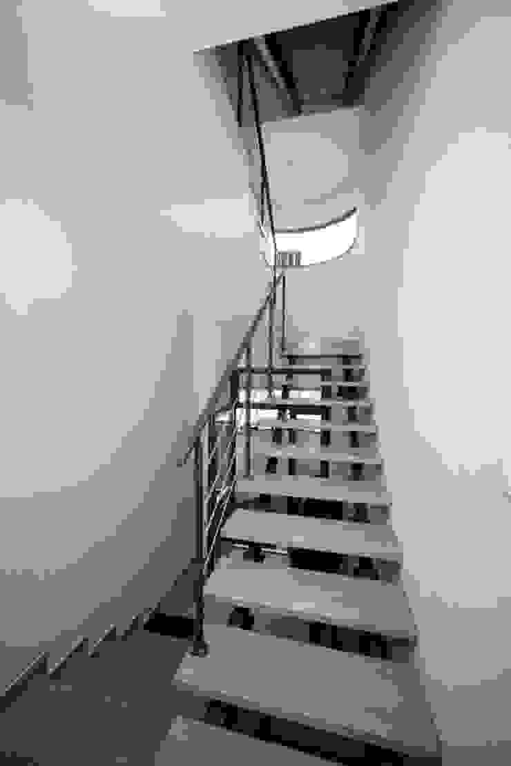 Przebudowa Domu Nowoczesny korytarz, przedpokój i schody od pracownia architektoniczno-konserwatorska festgrupa Nowoczesny