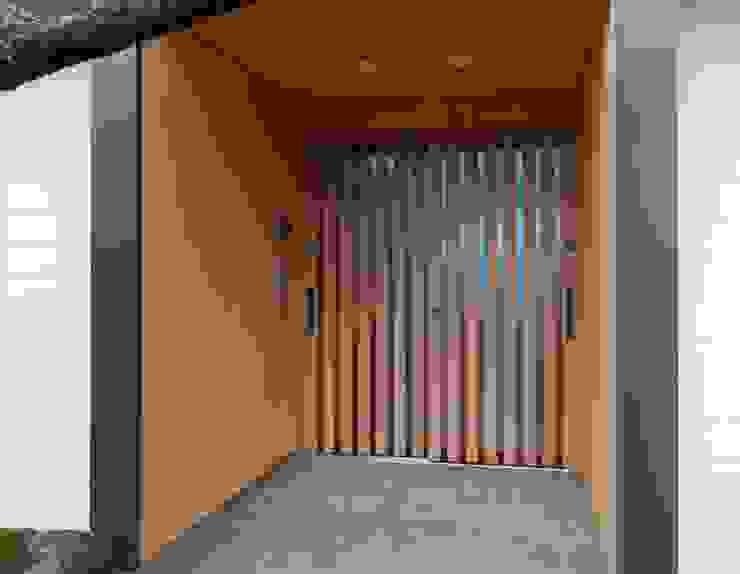 after  エントランス: アンドウ設計事務所が手掛けた現代のです。,モダン