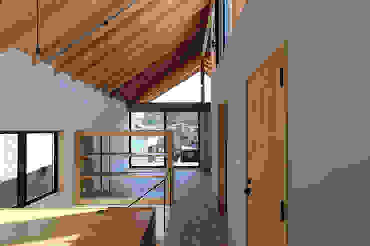 オープンな書斎から階段を経てリビング方向をみた風景 北欧デザインの リビング の 今津修平/株式会社MuFF 北欧 木 木目調