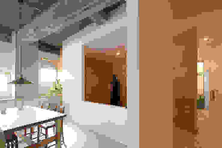 人の動きが絵のように見えるように切り取った開口部 今津修平/株式会社MuFF モダンスタイルの 玄関&廊下&階段