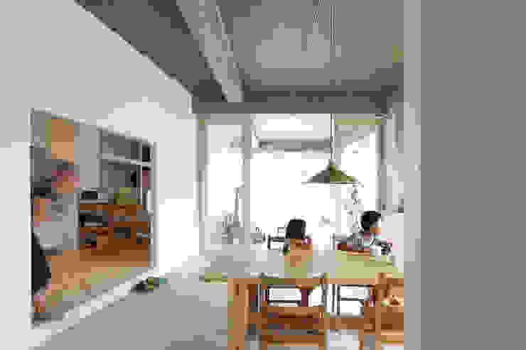 Phòng ăn phong cách hiện đại bởi 今津修平/株式会社MuFF Hiện đại