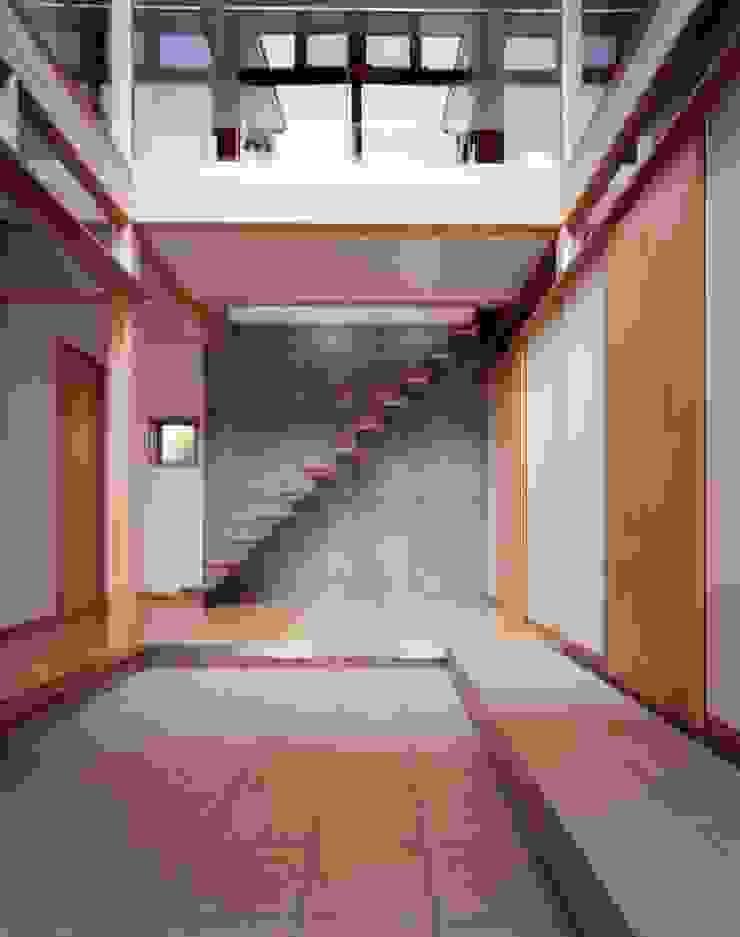 光土間の家 モダンスタイルの 玄関&廊下&階段 の 池野健建築設計室 モダン