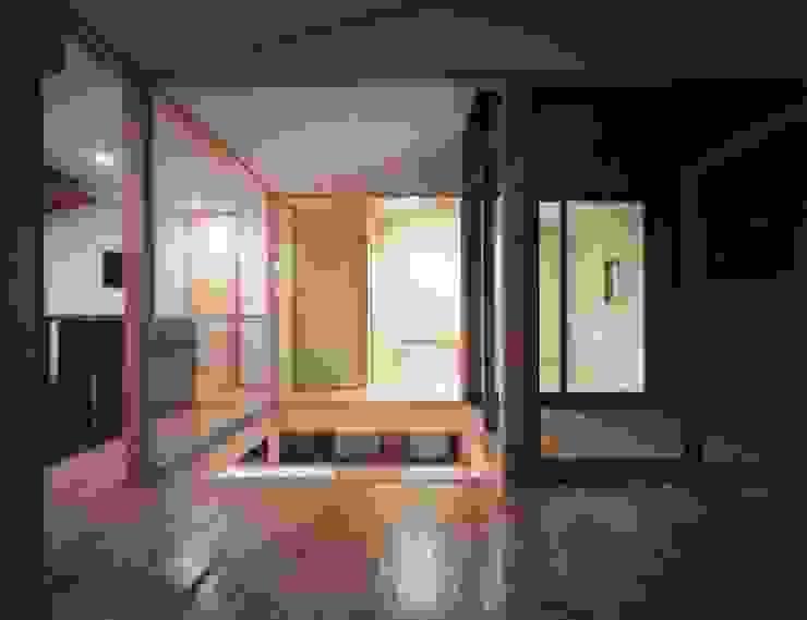 光土間の家 モダンデザインの リビング の 池野健建築設計室 モダン