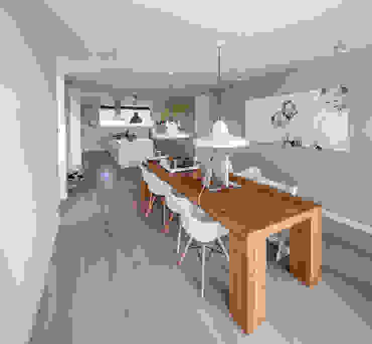 Modern dining room by De Zwarte Hond Modern