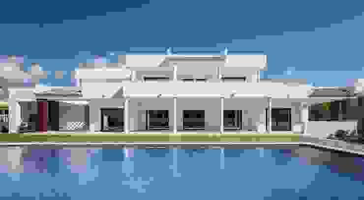 Fachada y Piscina bajo la luz del Mediterráneo Casas de estilo mediterráneo de Laura Yerpes Estudio de Interiorismo Mediterráneo