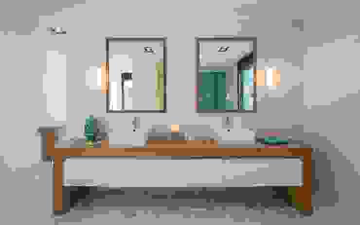 Un baño acogedor para los invitados Baños de estilo mediterráneo de Laura Yerpes Estudio de Interiorismo Mediterráneo
