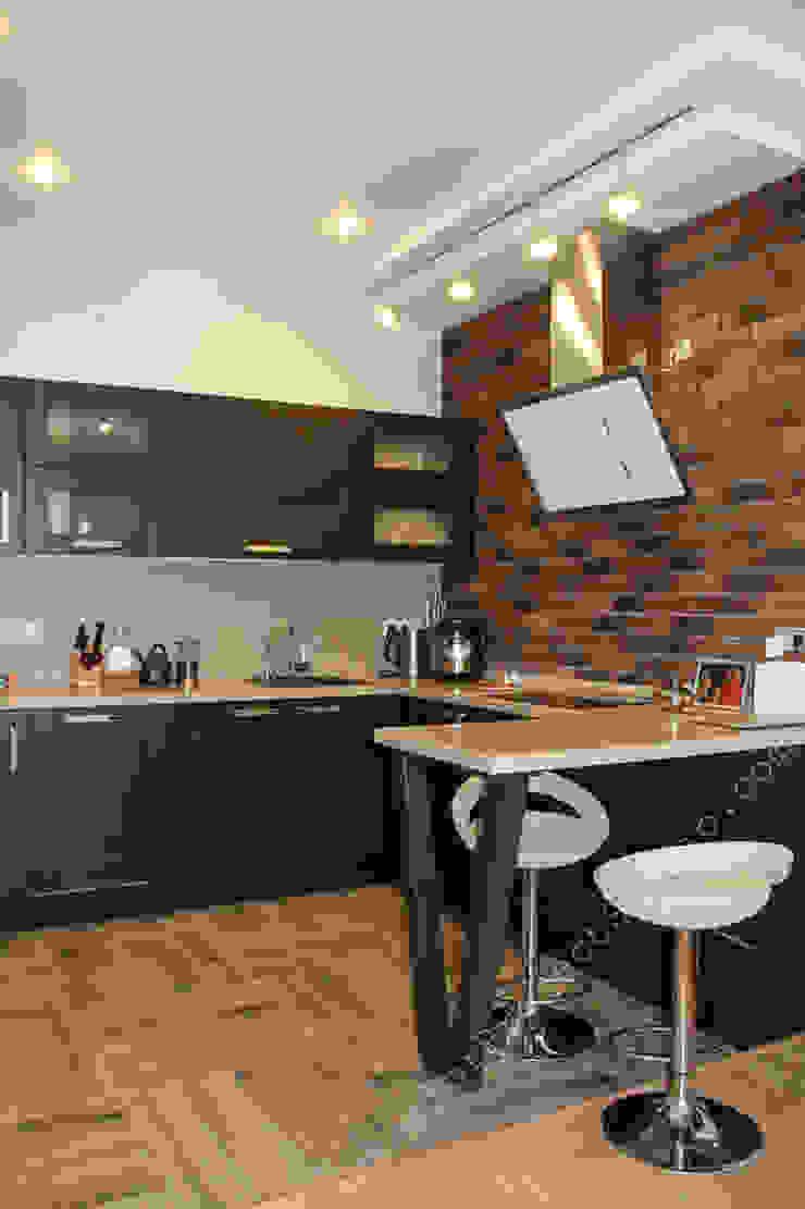 вид на кухню в совмещенной кухне-гостиной-столовой Кухни в эклектичном стиле от INTERIOR PROJECT studio Эклектичный