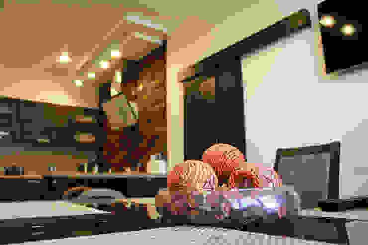 Вид из столовой на кухонную зону Столовая комната в эклектичном стиле от INTERIOR PROJECT studio Эклектичный
