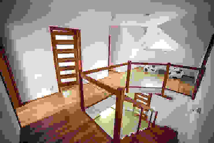 Коридор, прихожая и лестница в модерн стиле от Biuro Projektów MTM Styl - domywstylu.pl Модерн