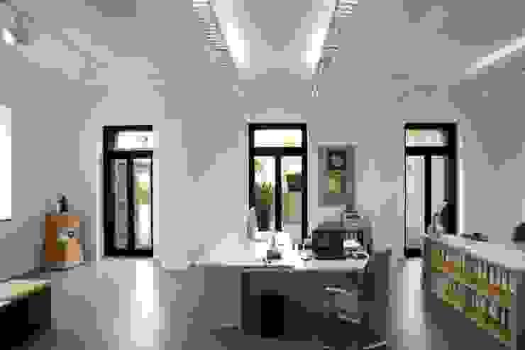 Büroräume im Erdgeschoss Moderne Arbeitszimmer von Planungsring Ressel GmbH Modern