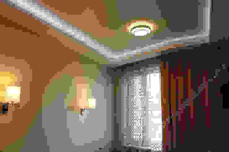 Спальня. Фрагмент стены с бра и потолка с потолочными светильниками Спальня в эклектичном стиле от INTERIOR PROJECT studio Эклектичный
