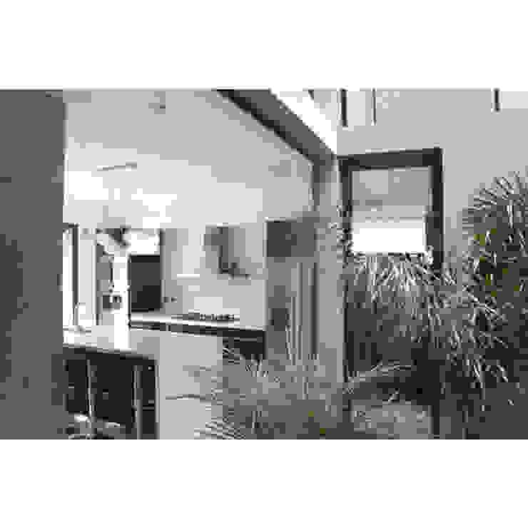 CASA TIGRE Balcones y terrazas modernos: Ideas, imágenes y decoración de GB Arquitectos Moderno