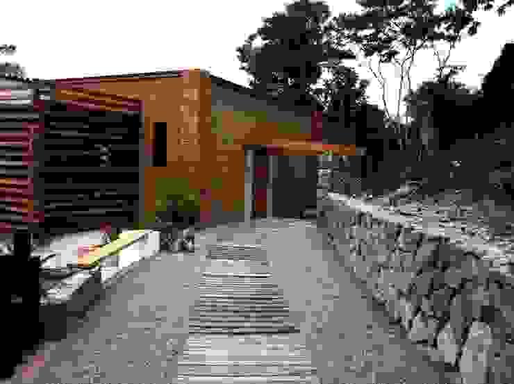 Villa Guadalupe Pasillos, vestíbulos y escaleras modernos de Caja de Diseño Moderno