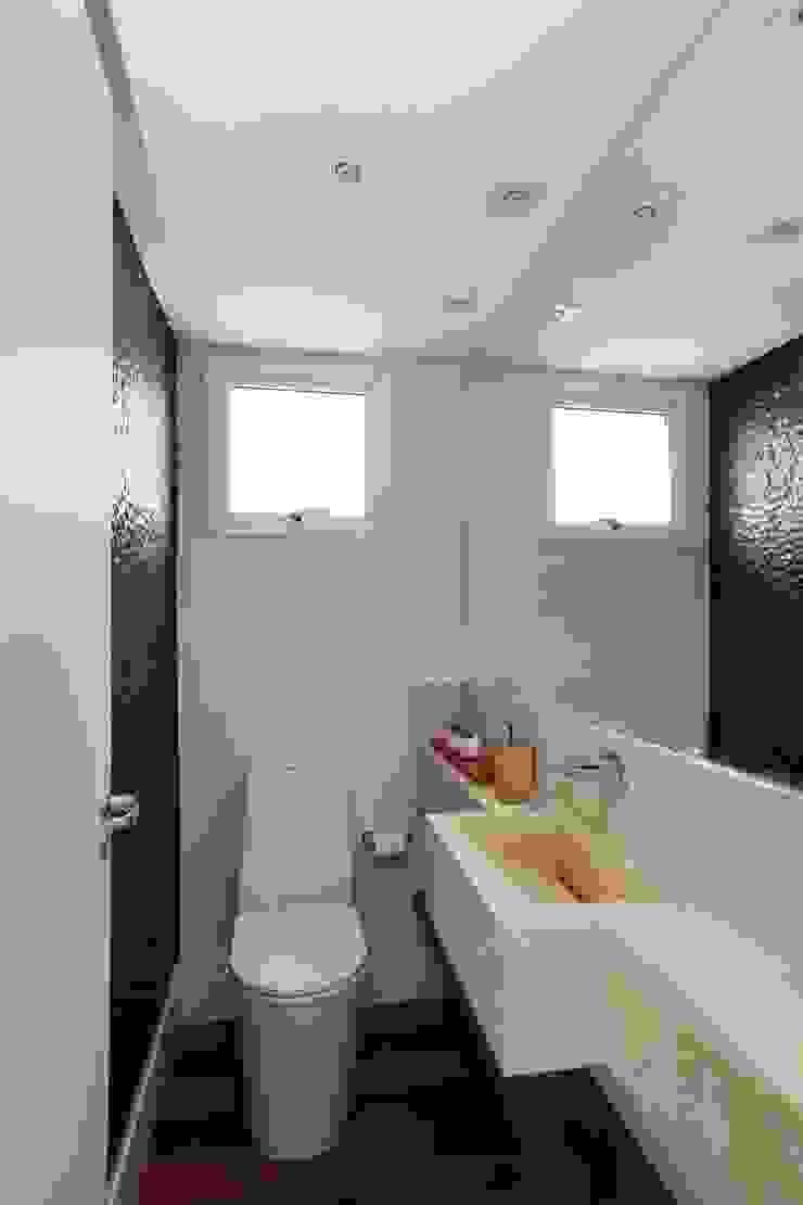 Modern Bathroom by Danielle Tassi Arquitetura e Interiores Modern