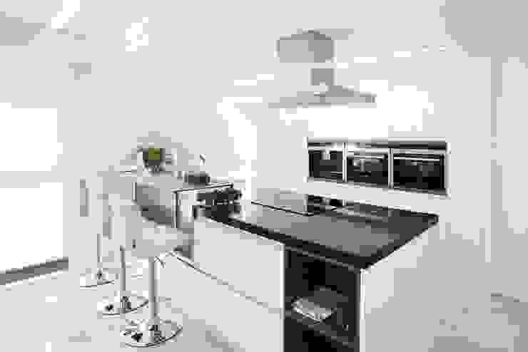 Moderna cocina en Barcelona Cocinas de estilo clásico de INEDIT INTERIORISTAS Clásico