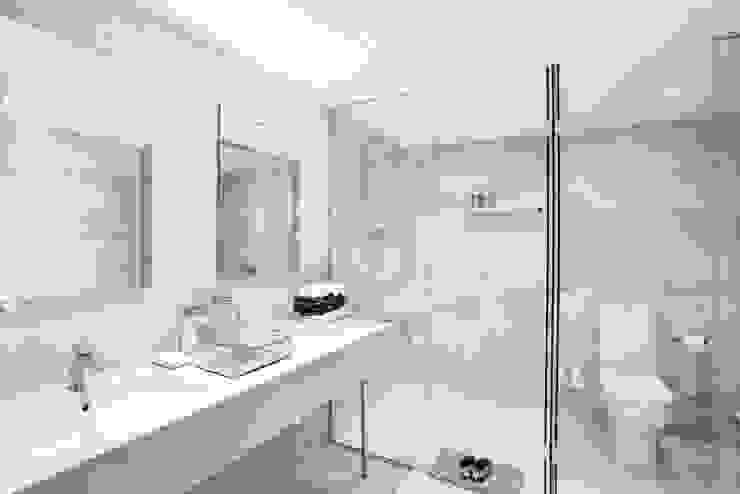Baño principal en Pedralbes, Barcelona Baños de estilo clásico de INEDIT INTERIORISTAS Clásico