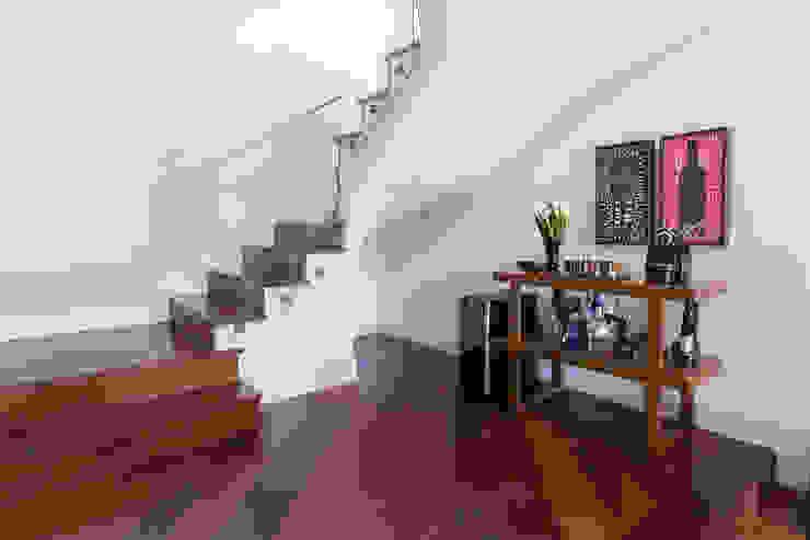 Pasillos, vestíbulos y escaleras de estilo moderno de Danielle Tassi Arquitetura e Interiores Moderno