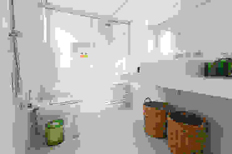 Ванные комнаты в . Автор – Danielle Tassi Arquitetura e Interiores,